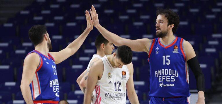 Anadolu Efes play off'u garantiledi